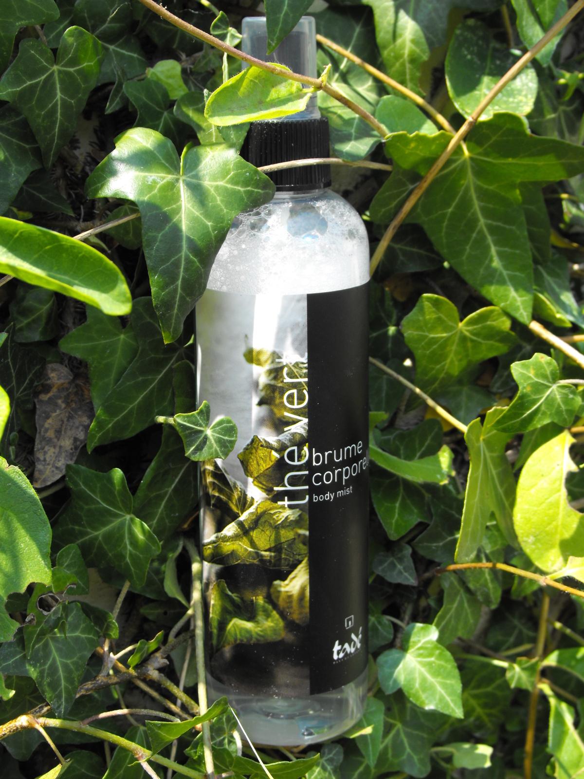 """Sur la photo le produit """"mousse"""" mais c'est parce que j'ai eu du mal à faire tenir la bouteille sur le support naturel, elle a donc chutée avant la photo..."""